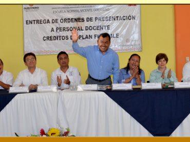 """Entrega de Órdenes de Presentación a Personal Docente de la Escuela Normal """"Vicente Guerrero"""" de Teloloapan"""