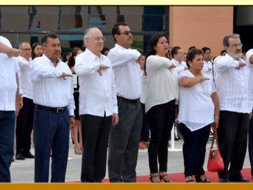 Honores e Izamiento de la Bandera Nacional en la Explanada de Palacio de Gobierno.